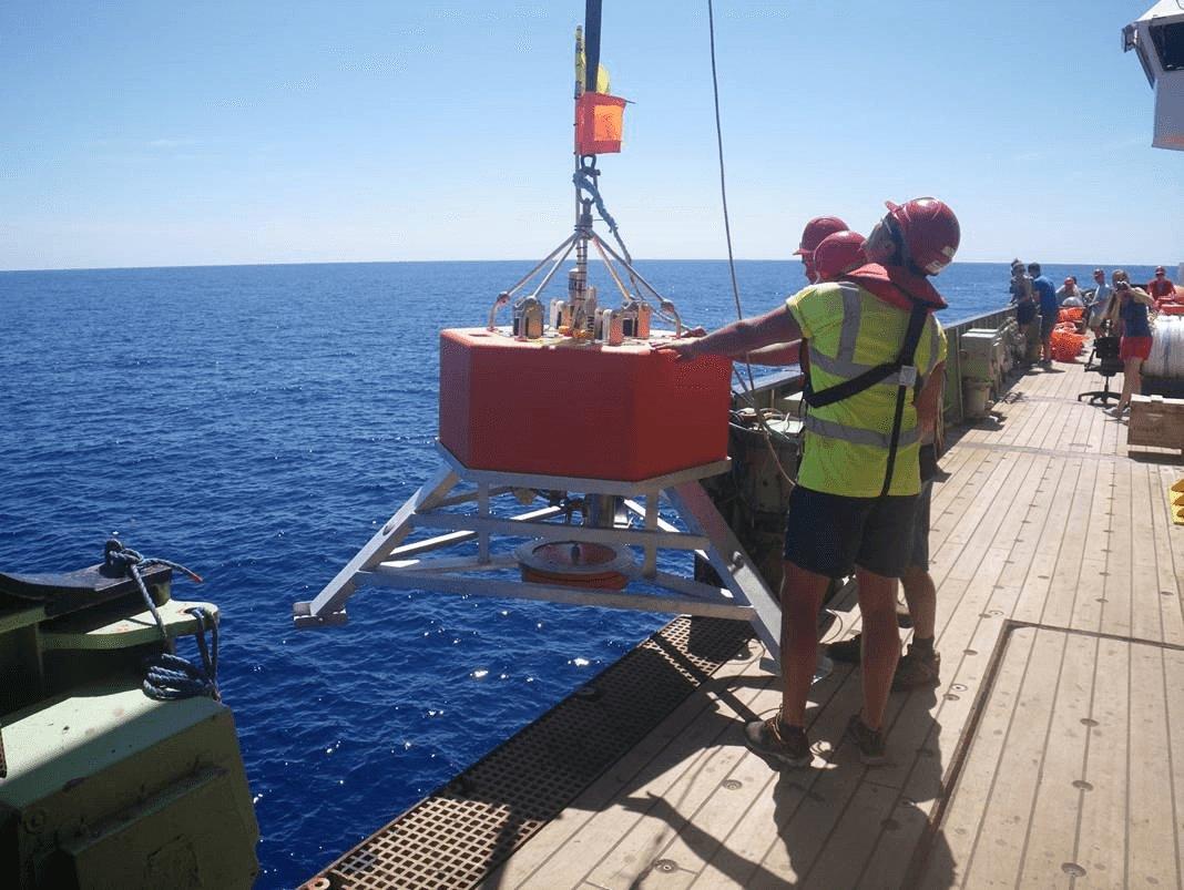 Deploying 6000 meter Benthic Lander
